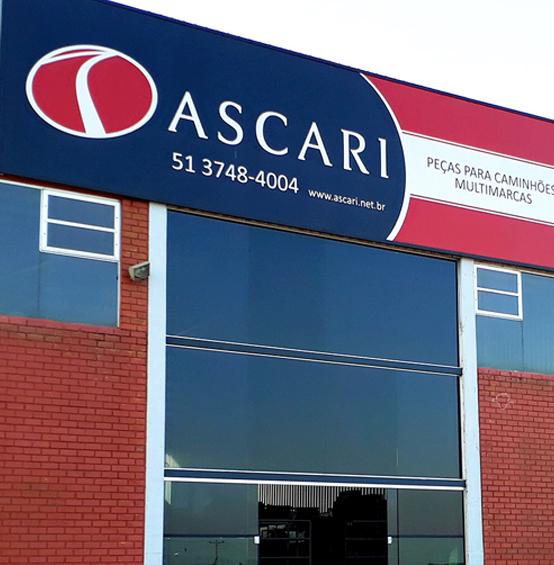 Foto da fachada da loja Ascari mostrando a placa: Ascari - peças para caminhões, ônibus e carretas, multimarcas - 51 3748-4004 - www.ascari.net.br